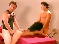 sucking brunette milf trekant